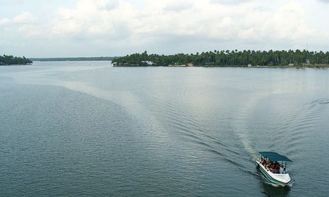 ashtamudi-lake-kollam