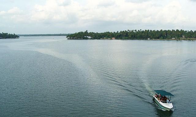ashtamudi-lake-kollam Top 17 Best Tourist Places to Visit in Kerala (with Photos)