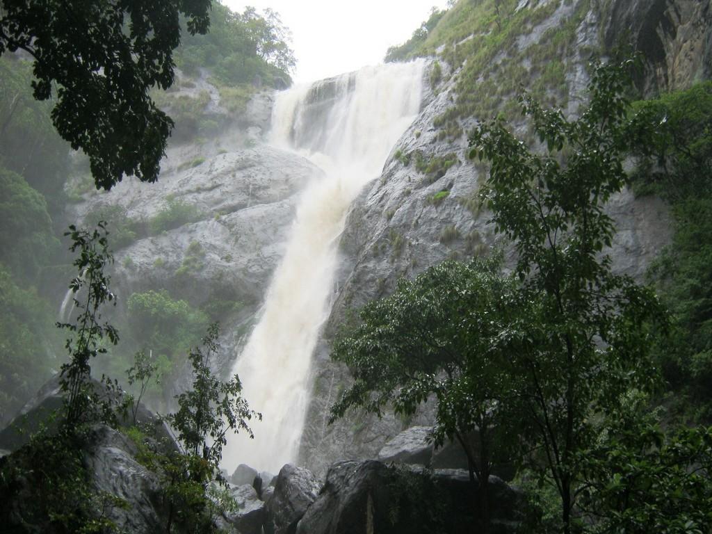 palaruvi-waterfalls-kerala